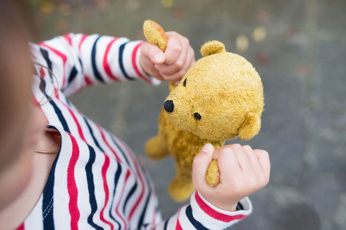 child-and-teddy