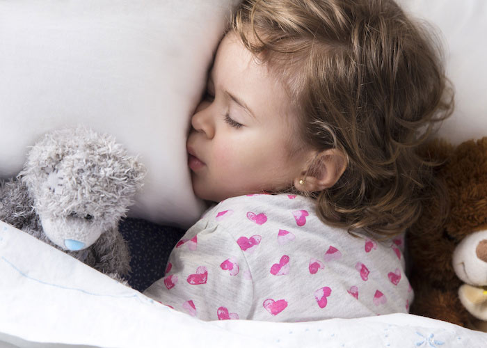 girl-sleeping-with-teddy