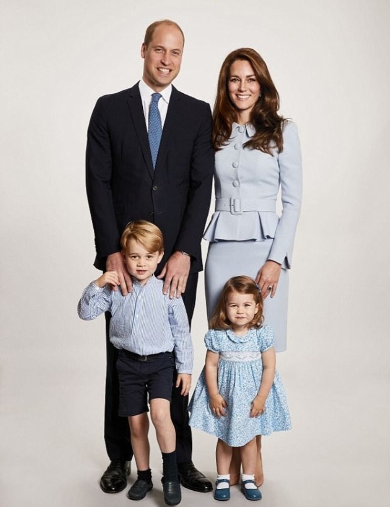 royal Christmas photo Dule and Duchess of Cambridge with Prince George and Princess Charlotte